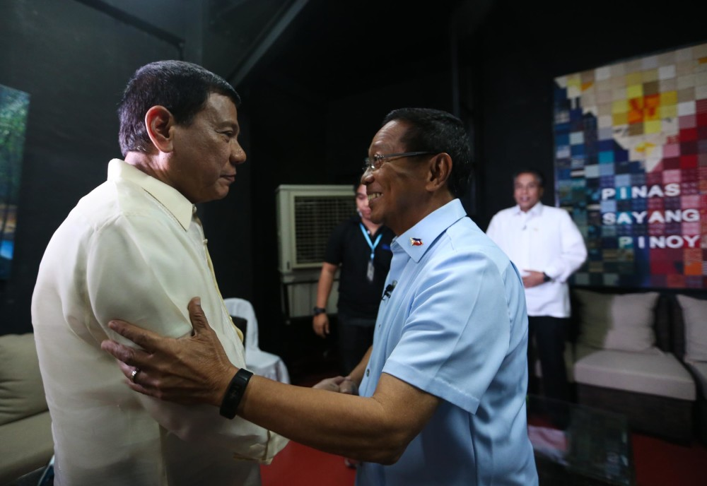 "PRES. DEBATES-CDO/FEBRUARY 21, 2016 UNA presidential candidate Vice President Jejomar Binay greets Davao Mayor Rodrigo Duterte while Manuel ""Mar"" Roxas II looks on. Binay was the first to arrive in the holding room followed by Roxas then Duterte before the start of the Presidential Debates 2016 held in Capitol University in Cagayan de Oro City.  INQUIRER PHOTO/LYN RILLON"
